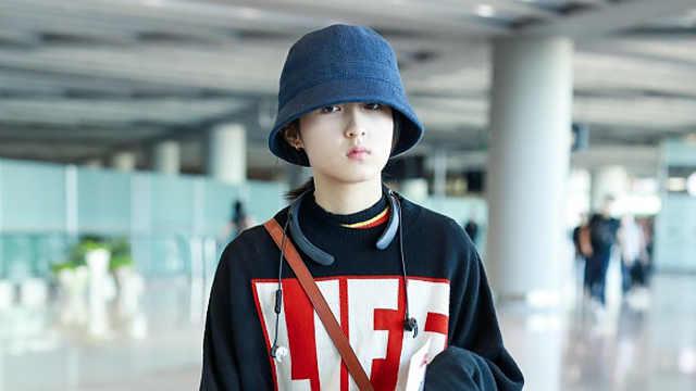 张子枫男友风造型素颜亮相 给粉丝签名亲和力爆棚