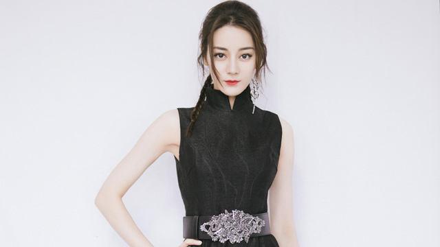 迪丽热巴穿黑色旗袍梳麻花辫 甜美又俏皮