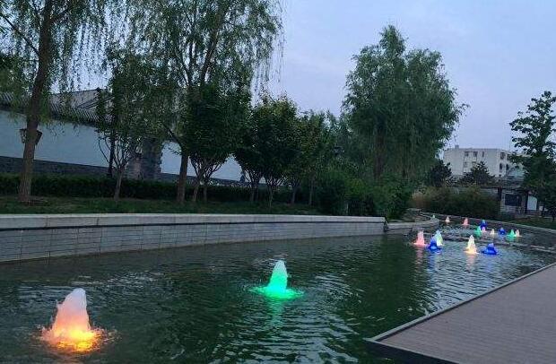 玉河夜景:燈火明月水中映