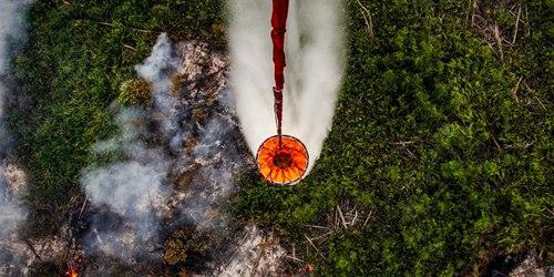 印尼森林火灾持续肆虐 消防员军人直升机多方出动全力灭火