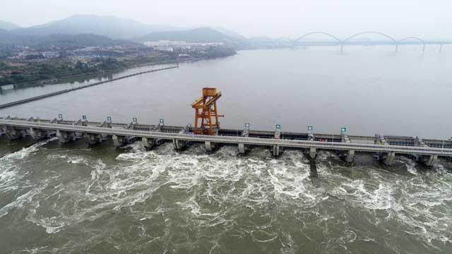 襄阳大坝泄洪壮观泛起洁白的浪花