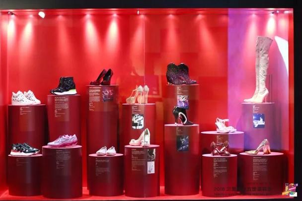 V&A把展览搬出了博物馆,京城的时髦人都跑来三林屯里看鞋了