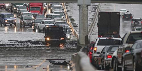 美国得州遭遇暴雨13个郡成为灾区 车辆泡水中