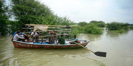 印度阿拉哈巴德遭遇洪水 当地道路被淹居民划船出行