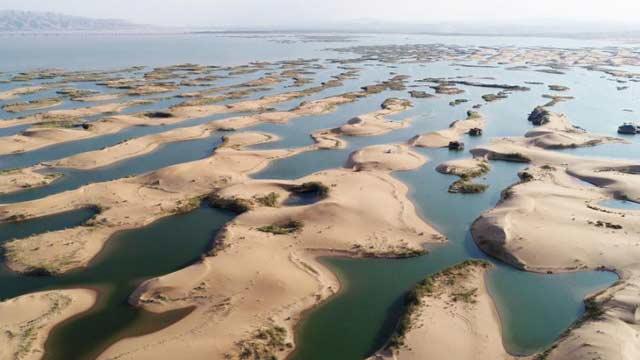 乌海半湖碧水半湖沙