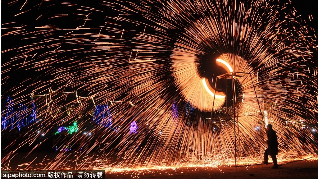 Molten iron fireworks shows add sparkle to town in Hebei