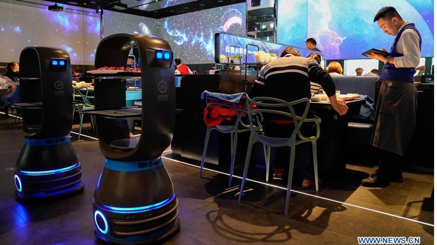 Hot pot restaurant integrating AI attracts consumers in Beijing