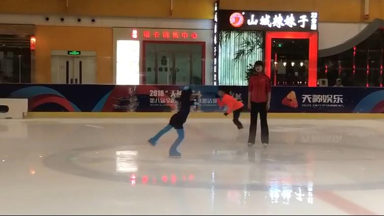 全明星滑冰俱乐部内小选手们的日常训练