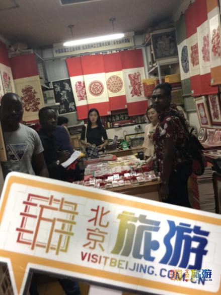 国际采访团到访京城百工坊:触摸中国文化 DIY老北京兔儿爷