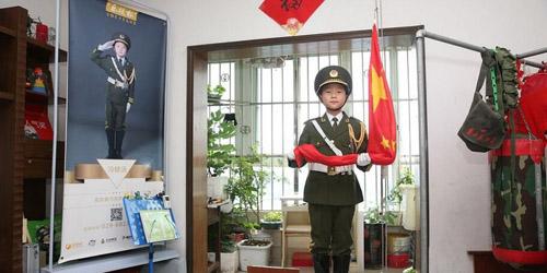 """西安10岁男孩在家升国旗 被称""""国旗小子"""""""