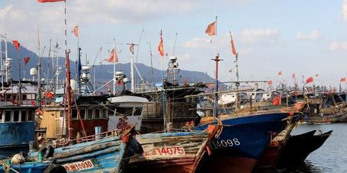 """17号台风""""塔巴""""来袭 江苏连云港渔船进港避风"""