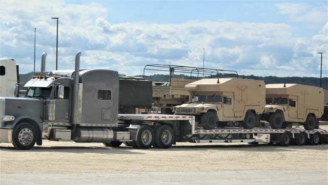 """美军出动""""擎天柱""""重型卡车运输悍马"""