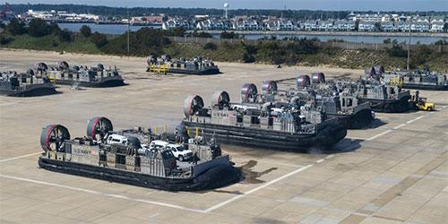 """美海军LCAC气垫登陆艇上岸""""排排坐 晒太阳"""""""