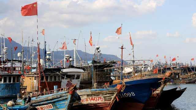 """台风""""塔巴""""来袭 连云港渔船进港避风"""
